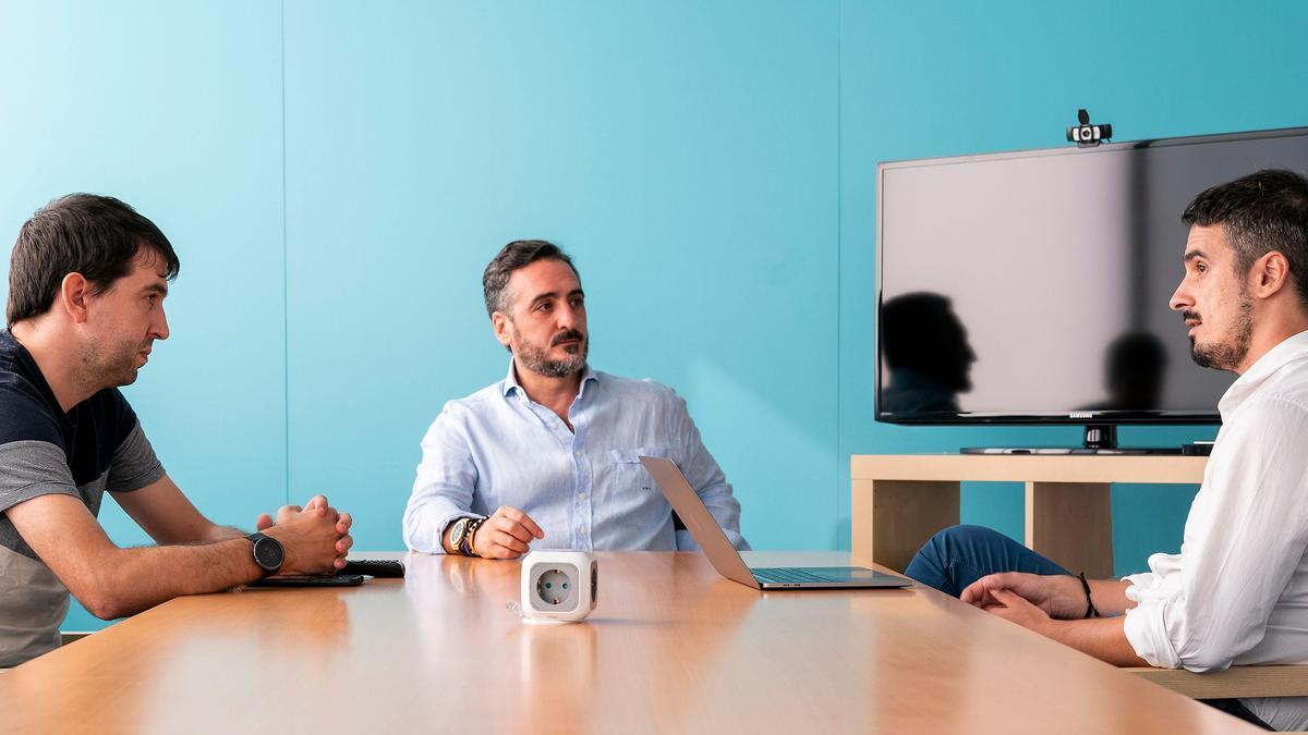 Sergio Aguado, Vicente Montesinos y Alfredo R. Cebrián, en la sede de la empresa