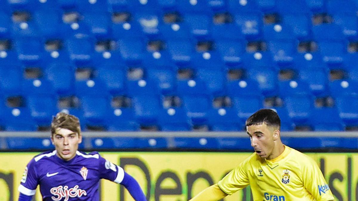 Rober González controla antes de disparar a puerta y marcar el primer gol de la UD ante el Sporting, en noviembre. | | ANDRÉS CRUZ