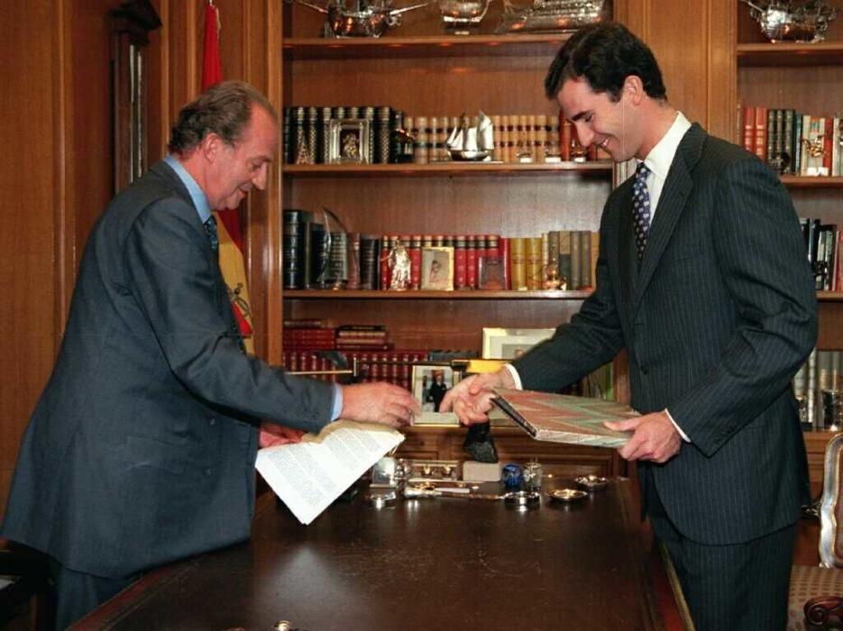 Juan Carlos junto a un joven Felipe de Borbón.