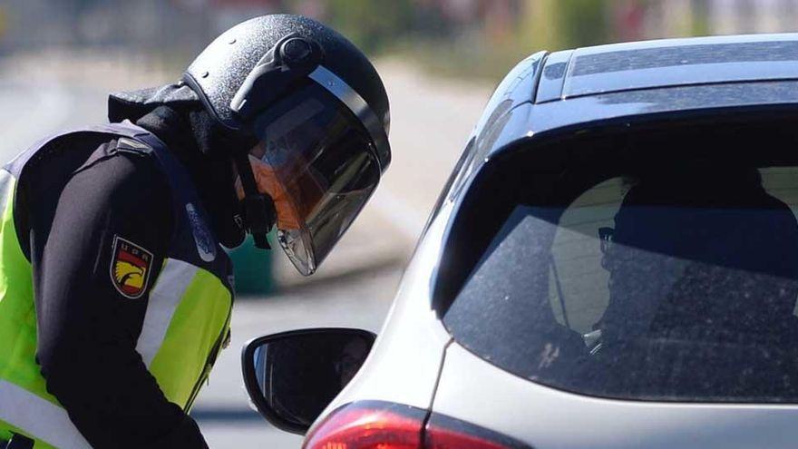 Un agente de la Policía Nacional realiza un control.