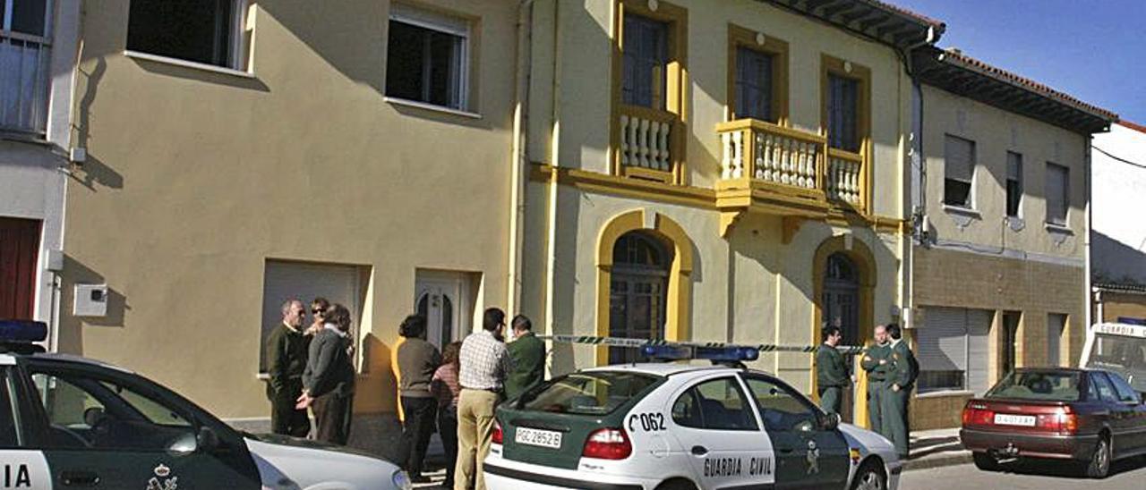 La Guardia Civil, en 2004, delante de la casa donde mataron a los hermanos Isabel y Manuel Álvarez Fernández. | Miki López