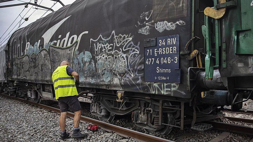 Un tren de mercaderies descarrila a Riudellots