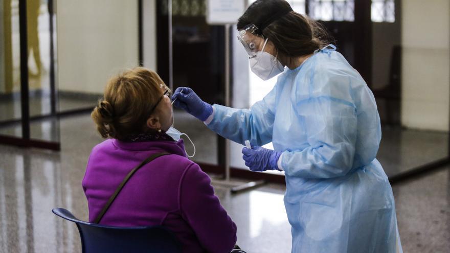 Asturias registra 25 fallecimientos por coronavirus mientras bajan los ingresos y se estabilizan los contagios