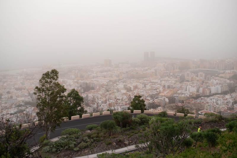 Martes de Carnaval con calima en Santa Cruz de Tenerife
