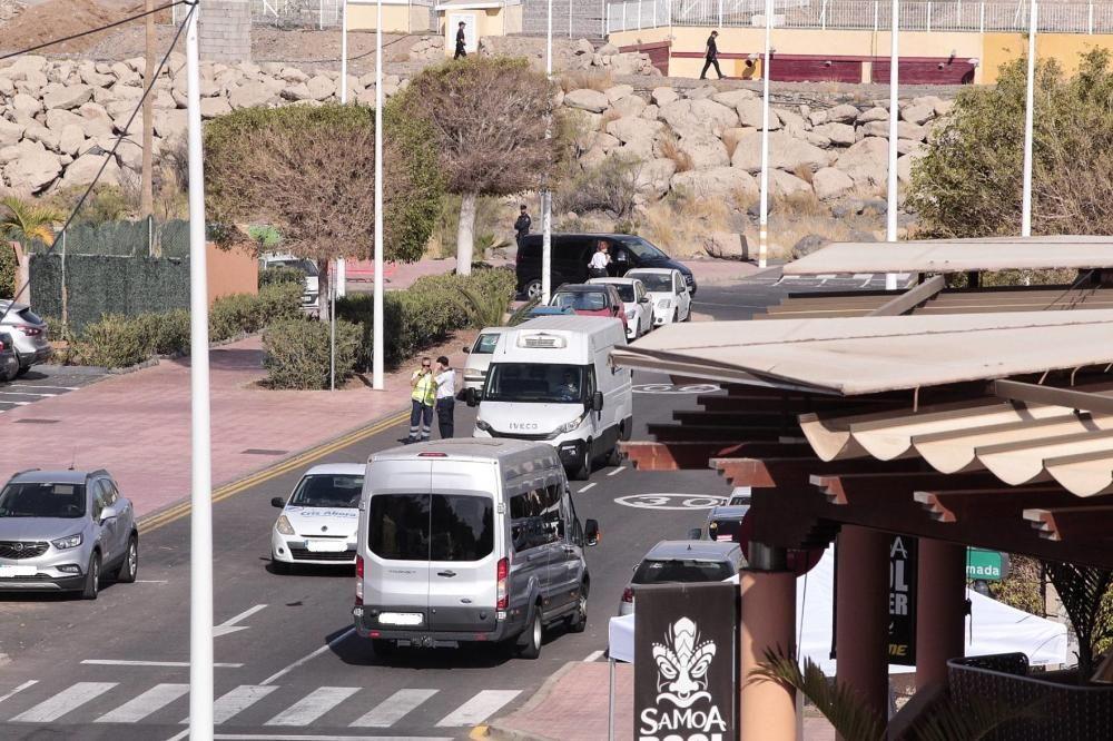 Trasladan a los primeros turistas del hotel de Adeje