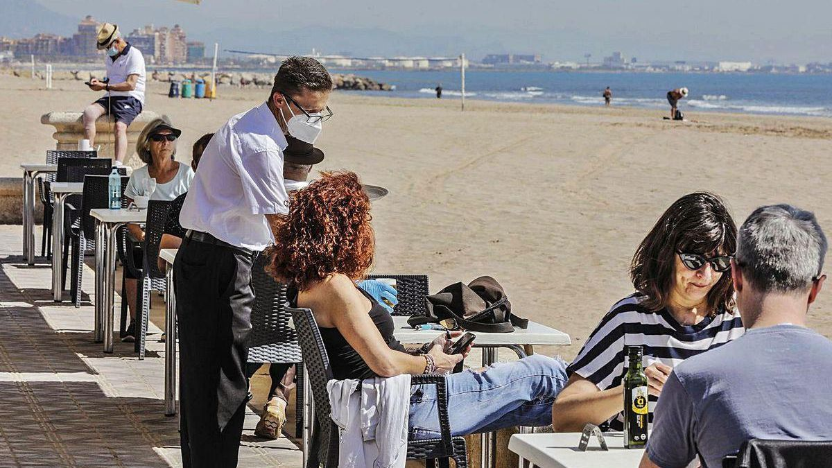 Valencianos, en una terraza al lado de la playa.