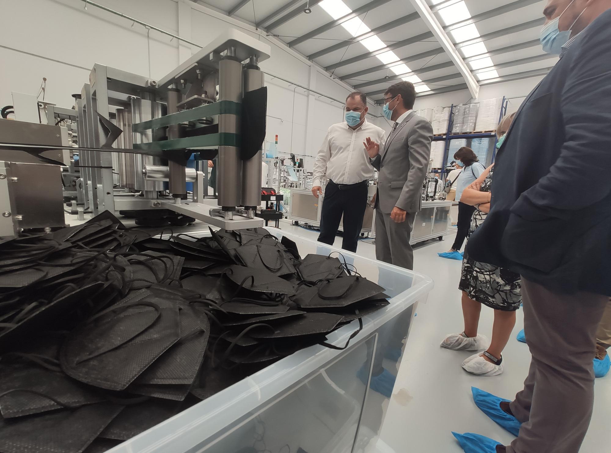 Así trabajan en la fábrica de mascarillas de Morcín