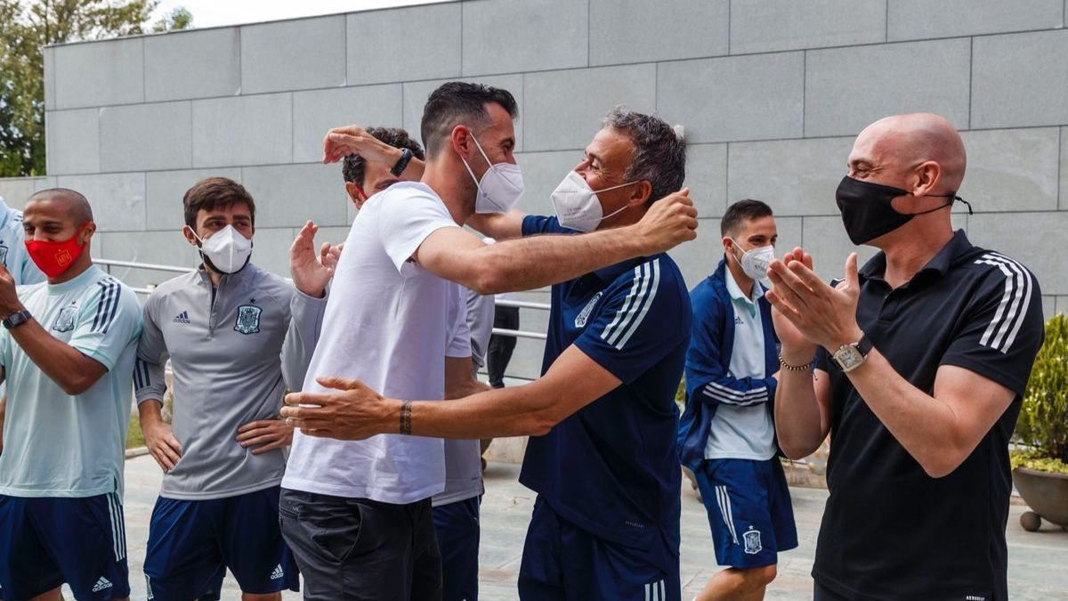Luis Enrique saluda a Busquets a su llegada a la concentración de la selección española en Las Rozas.