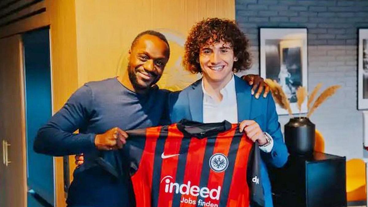 Fabio Blanco, junto a Ben Manga, posa con la camiseta del Eintracht de Frankfurt. | EINTRACHT