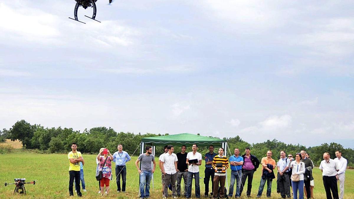 Un dron sobrevolant les instal·lacions del BCN Drone Center, de Moià