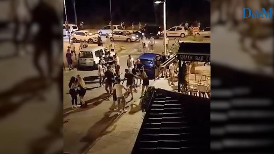 Decenas de jóvenes se enfrentan en una batalla campal en el Port d'Alcúdia