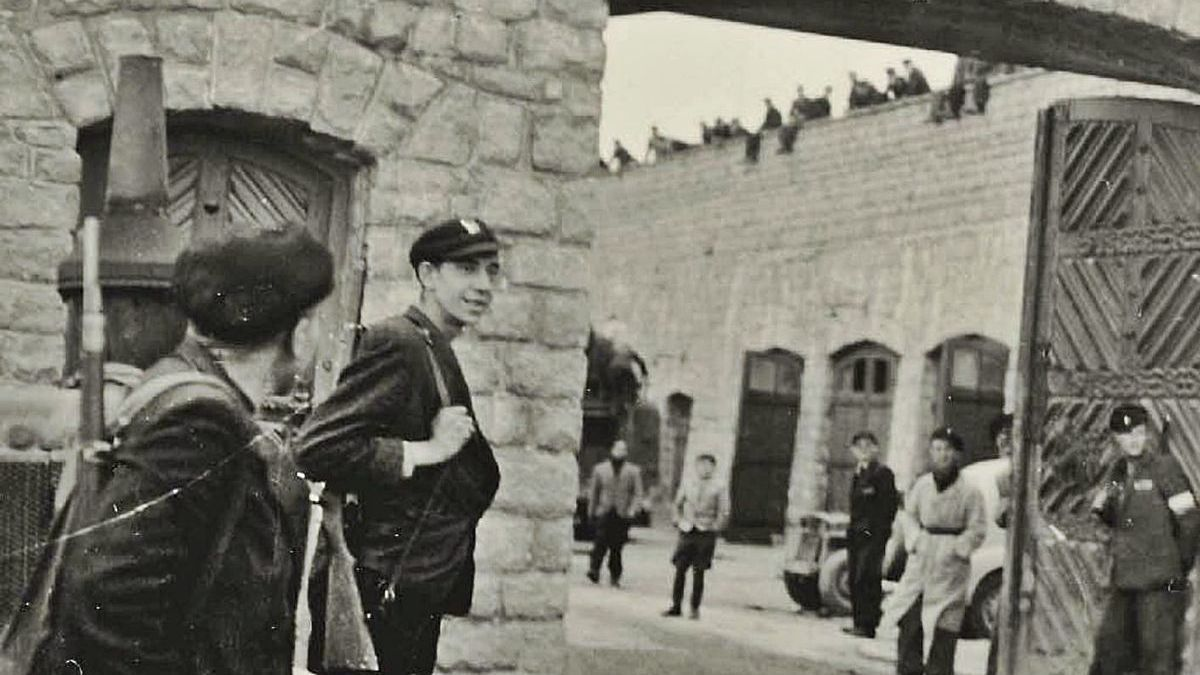 Una de les fotografíes de Mauthausen realizada por Francisco Boix, a la entrada del campu, facilitada pola editorial RBA.   Francisco Boix / PIM
