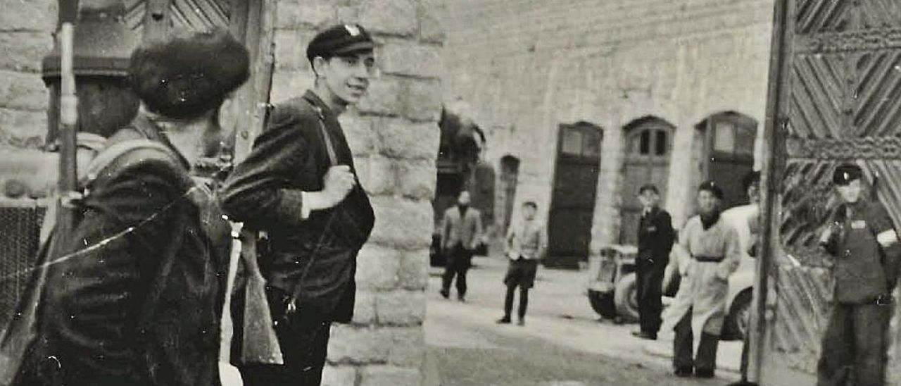 Una de las fotografías de Mauthausen realizada por Francisco Boix, a la entrada del campo, facilitada por la editorial RBA.   Francisco Boix / PIM