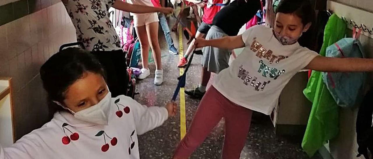 Escolares unidos por las cintas. | C. MARQUÉS