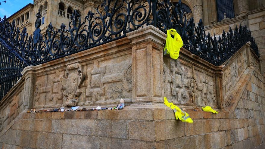 La plaga de las ofrendas que ensucian el patrimonio: ahora en la Catedral de Santiago