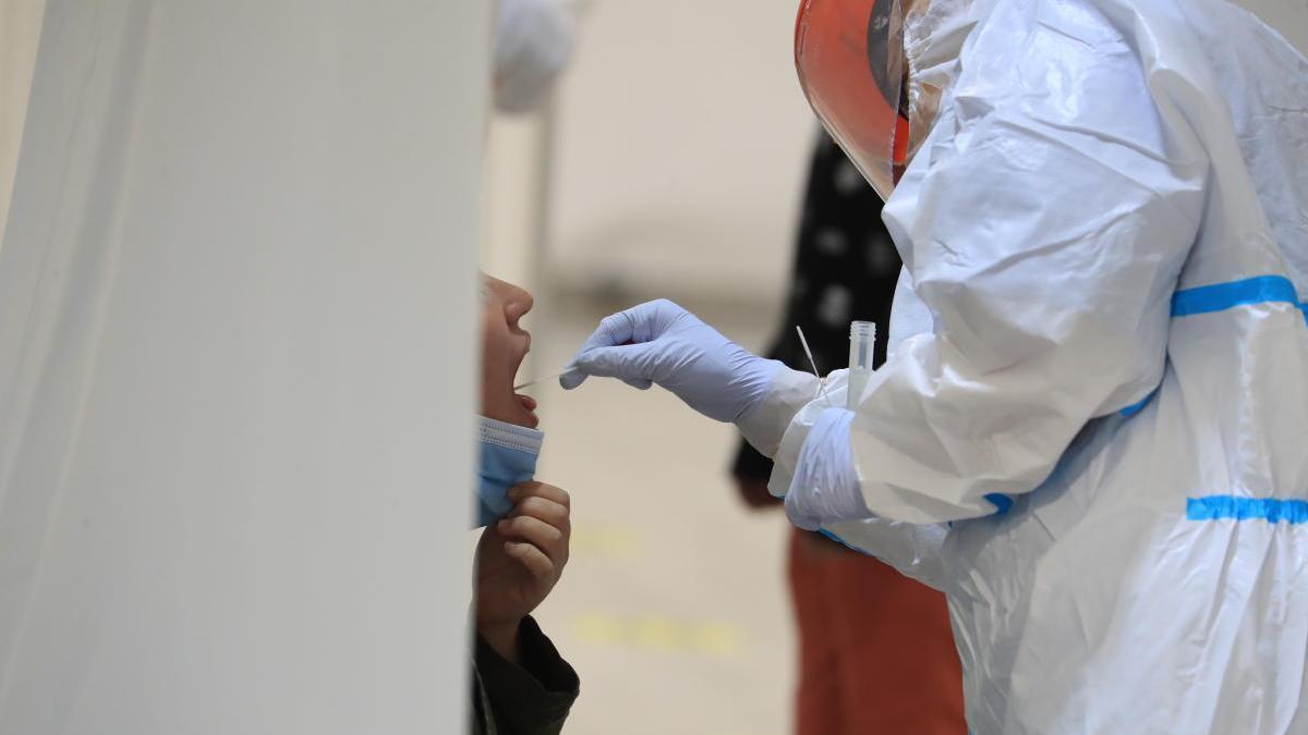 Un sanitario realiza una prueba PCR a un usuario.