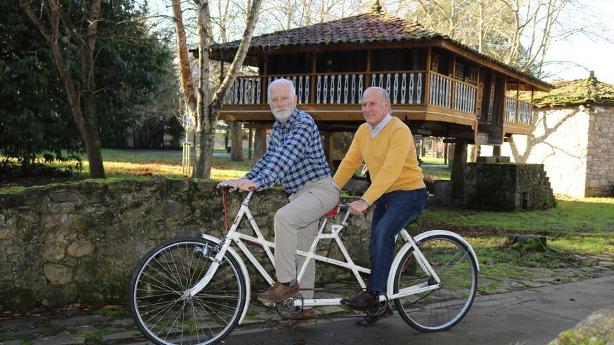 El Pueblu d'Asturies monta en tandem con una donación que recupera la memoria de Bicicletas Cuesta