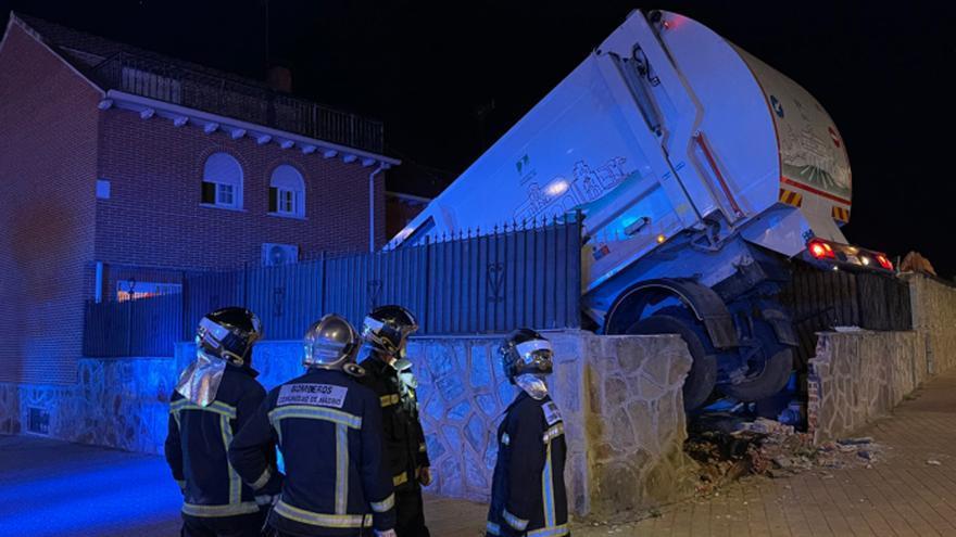 Un camión de la basura cae a la piscina de un chalé de Parla tras atravesar un muro