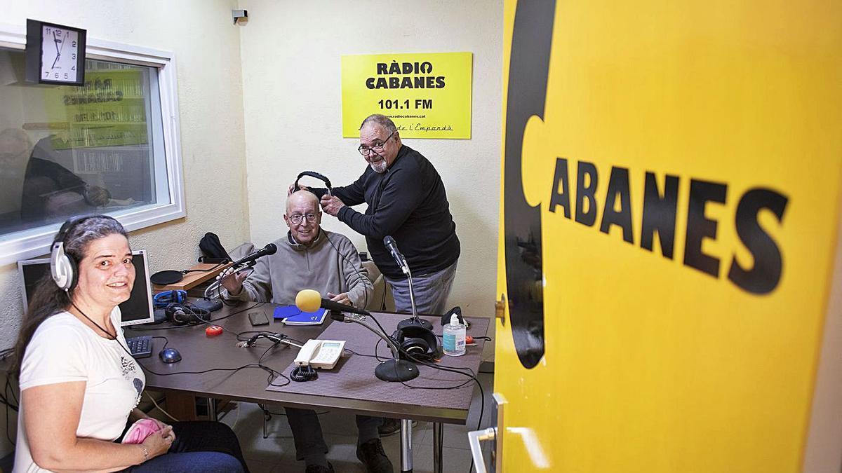 Lluís Fabregat i el seu equip als estudis de Ràdio Cabanes