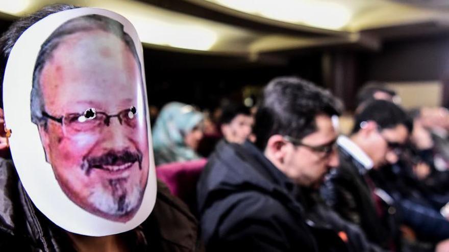Un hombre lleva una máscara de Khashoggi durante un evento.