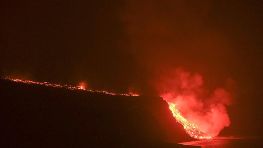 La fajana del volcán en erupción en La Palma rompe la ola de Los Guirres