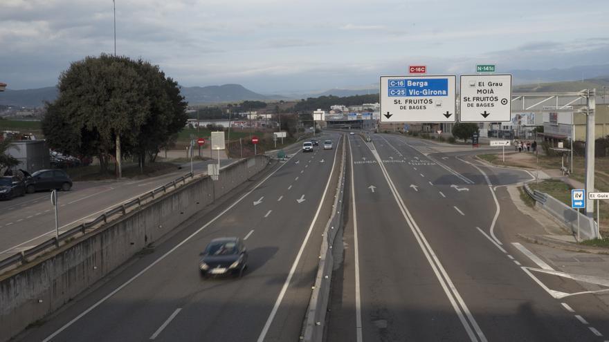 Un conductor ferit després de fer diverses voltes de campana a la C-25, a Manresa