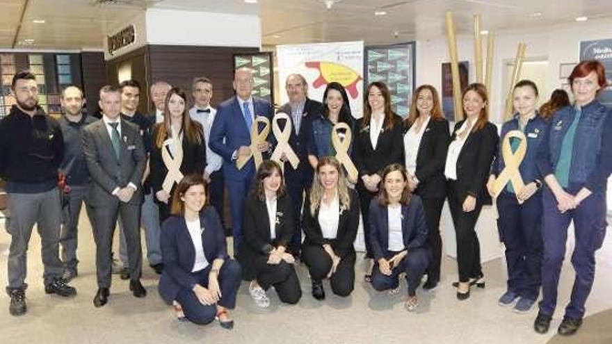 Los empleados de El Corte Inglés de Vigo lucen lazos dorados en apoyo a los niños oncológicos