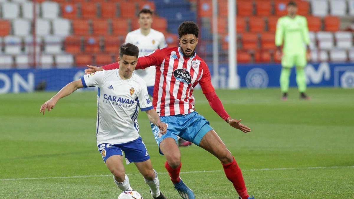 Bermejo trata de escaparse del marcaje del jugador del Lugo Chris Ramos durante el partido del pasado viernes.