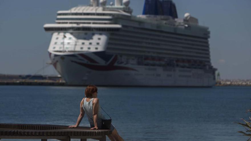 Las Hogueras reciben a los más de 3.700 pasajeros del crucero Britannia