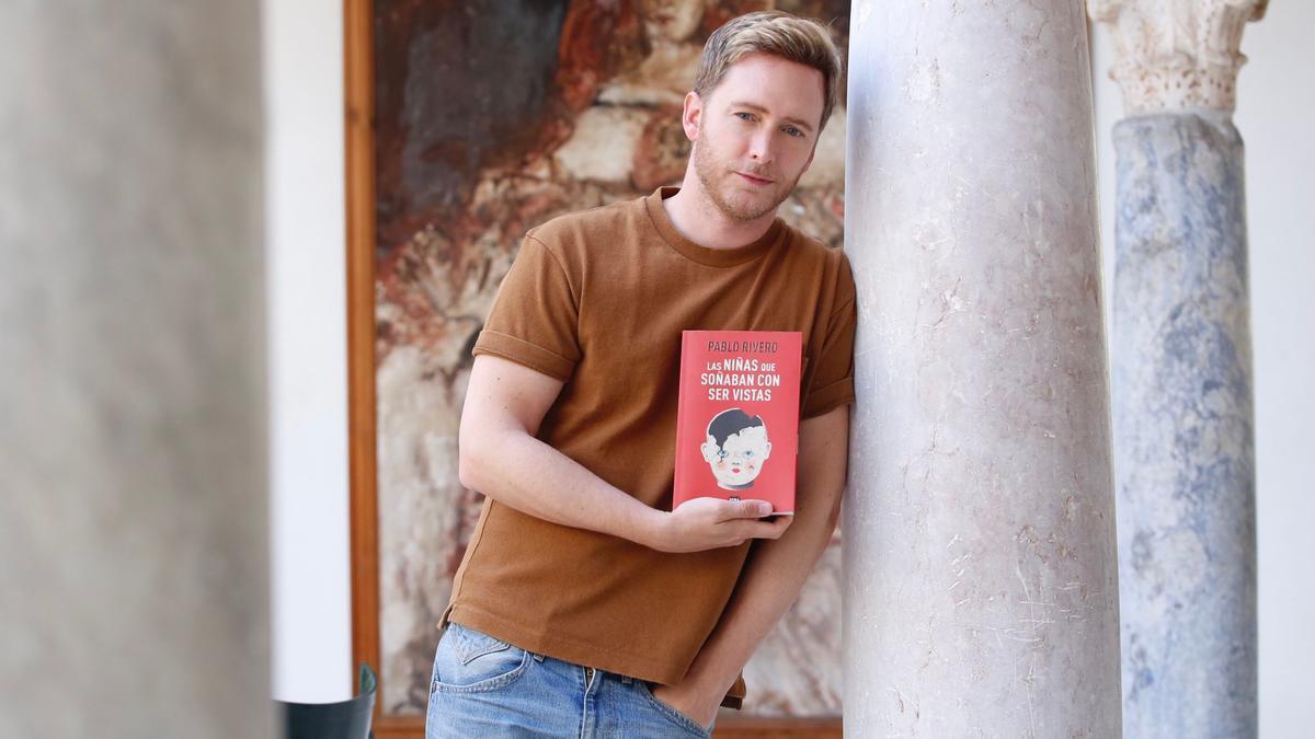 Pablo Rivero sostiene su última novela, que presenta esta tarde en Córdoba