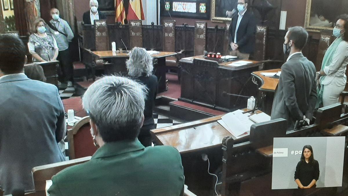 El pleno, a petición de Joan Forteza, ha realizado un minuto de silencio por los últimos asesinatos machistas.