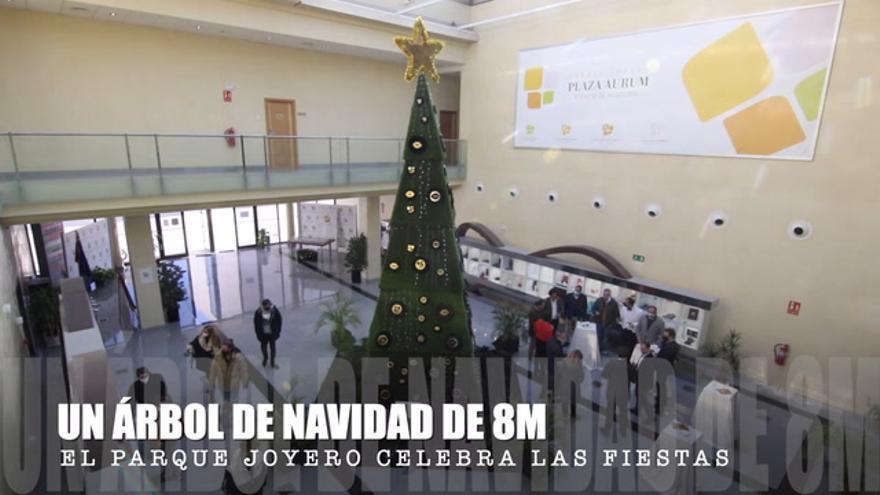 El Parque Joyero celebra la Navidad con un árbol de ocho metros cargado de abrazos y besos