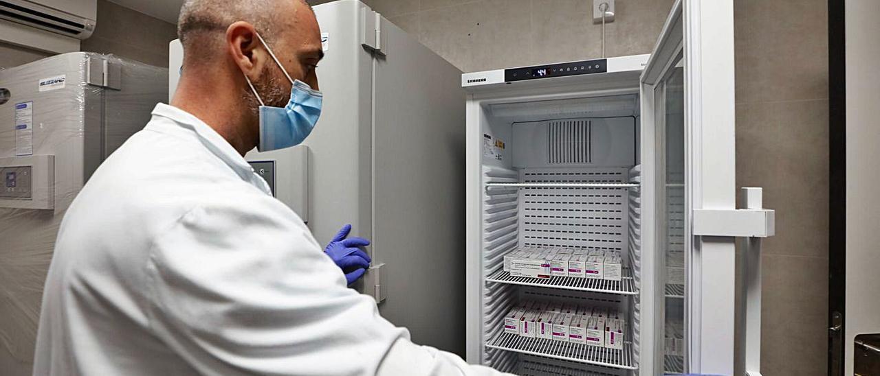 Vacunas contra la covid en los congeladores especiales del Hospital de Can Misses. |  J.A.RIERA