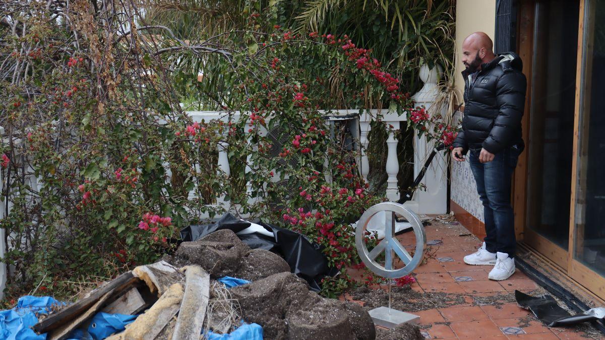 Toni H muestra los destrozos cometidos en su vivienda en alquiler