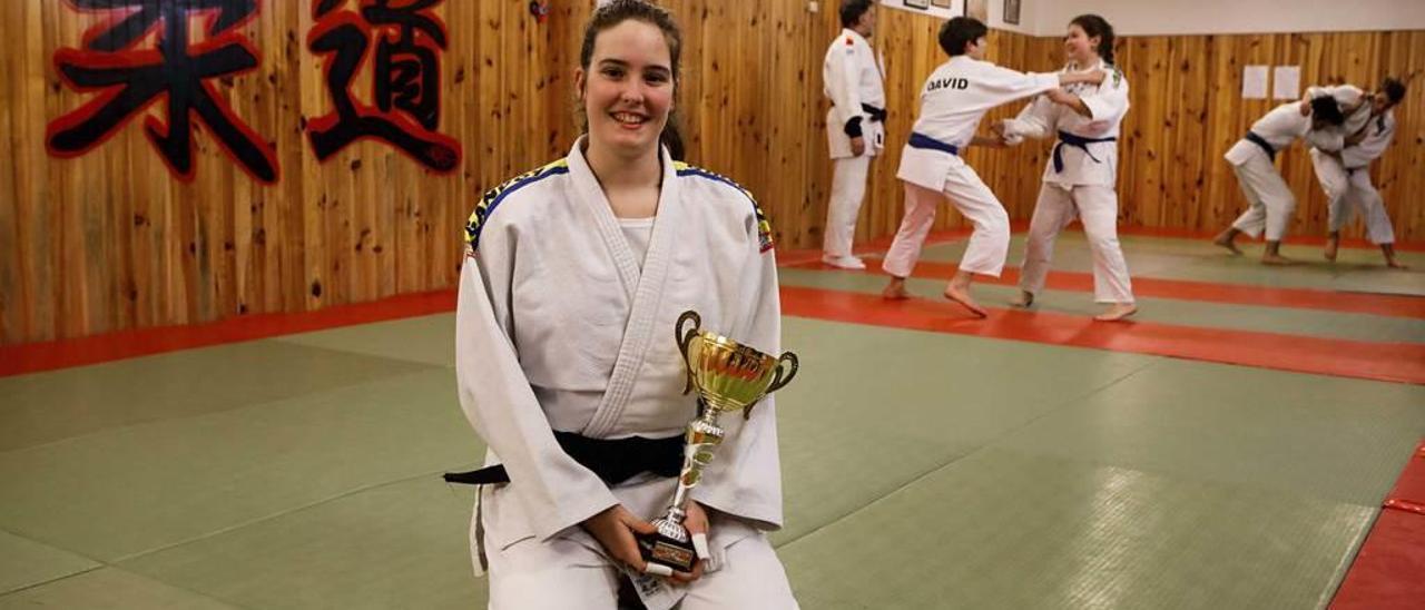 Sandra Ferrero Reglero, en el gimnasio Gandoy, con la copa lograda en Valladolid.
