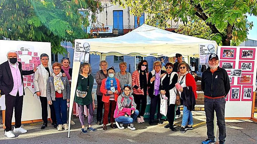 La junta local de Catalunya Contra el Càncer de Navarcles fa difusió i recapta fons a la plaça de la vila