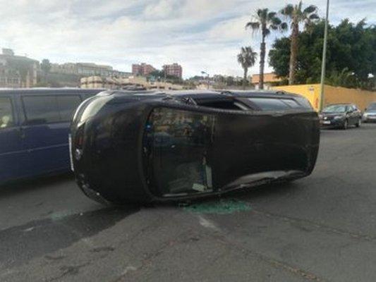 Vuelca con el vehículo y da positivo en drogas en La Paterna