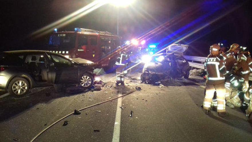Un mort i tres ferits en un xoc frontal entre dos cotxes a la C-65 a Cassà de la Selva