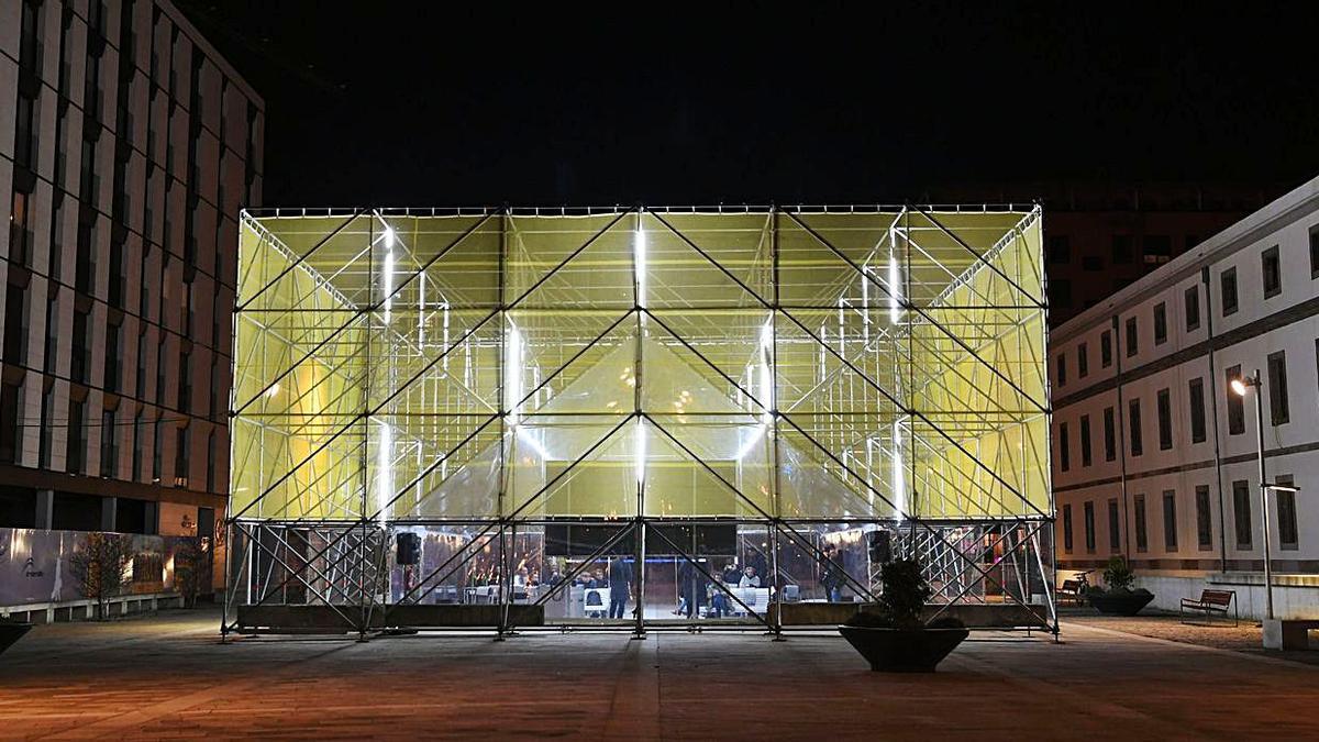 Tribuna temporal construida por el estudio Flu-or en la plaza de Tabacos.     // CARLOS PARDELLAS