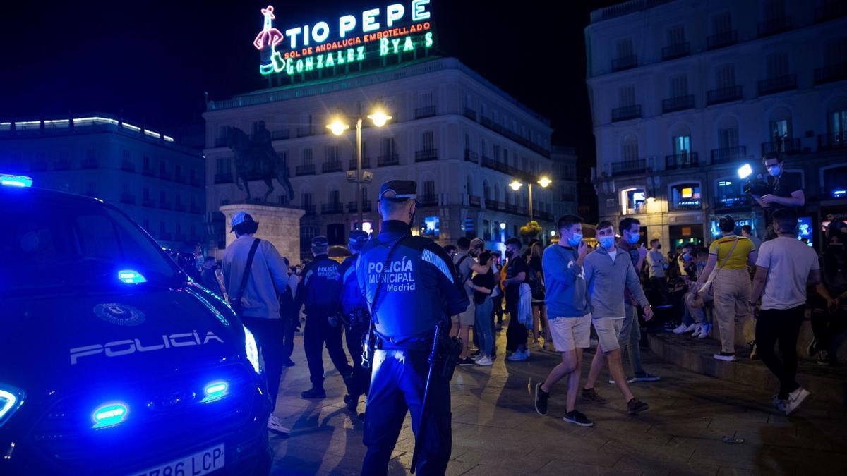 Jóvenes en la Puerta del Sol el pasado sábado.