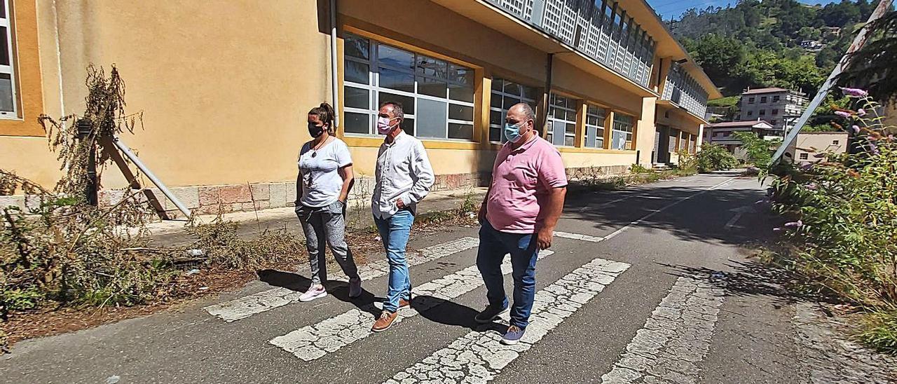 Manuel Reinoso, Ovidio Zapico y Ana Ania, ante las instalaciones del pozo Venturo. | E. P.