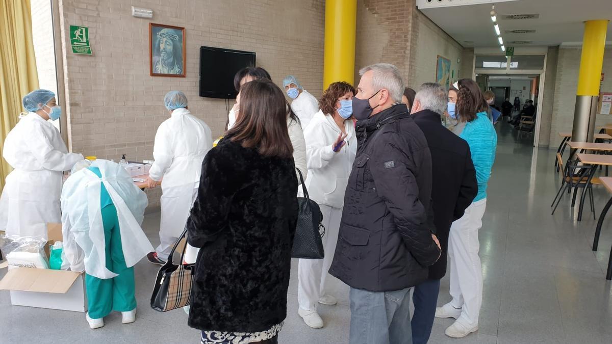 El edil, José Galiano, el pasado 6 de enero en un hall de la residencia de Mayores de San Francisco, donde se vacunó