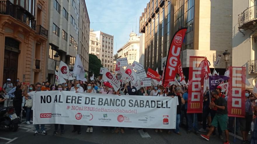 """Los sindicatos temen que se """"eternice"""" la negociación del ERE del Sabadell"""