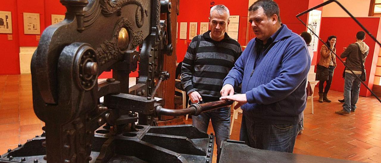Paco Guerrero y José Mateu ante una de las máquinas adquiridas, en una exposición en 2013.  | PERALES IBORRA