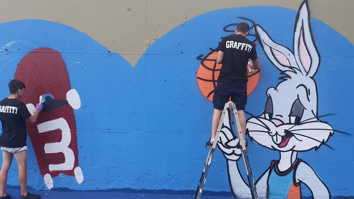 Una treintena de jóvenes de Telde decora la cancha de El Dorado con grafitis