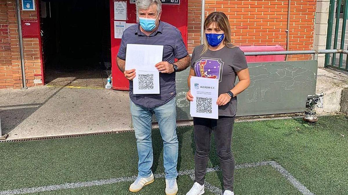Domingo Rodríguez y Cristina Sánchez, ayer, con los códigos QR.