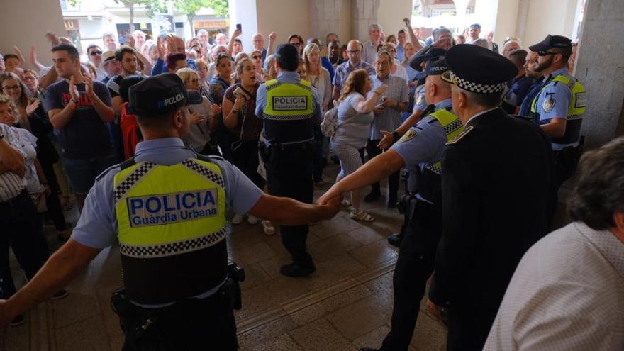 Tensio ciutadana a Figueres durant el ple d'investidura de l'alcaldessa Agnès Lladó