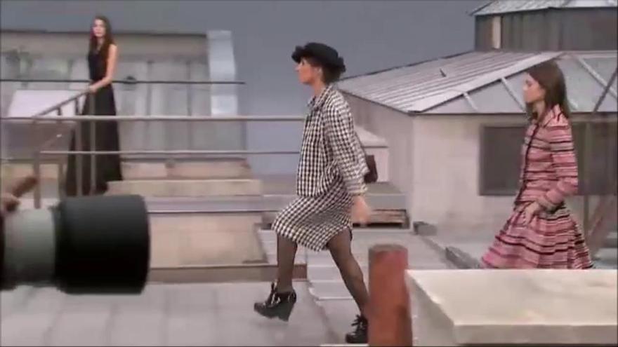 Una intrusa es cola a la desfilada de Chanel