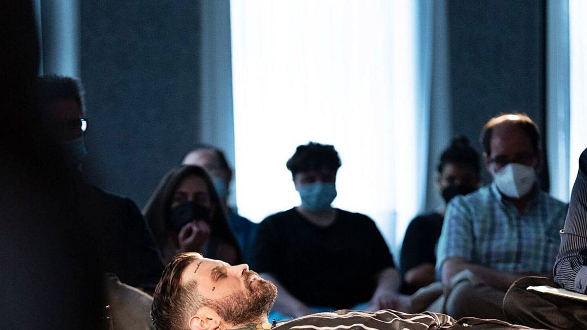 Imagen de archivo de Abel Azcona durante una de sus performances.   LA OPINIÓN