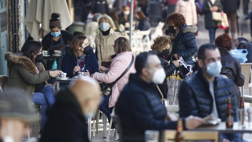 El terraceo de mediodía resiste pese al viento y la lluvia con las nuevas restricciones por la pandemia